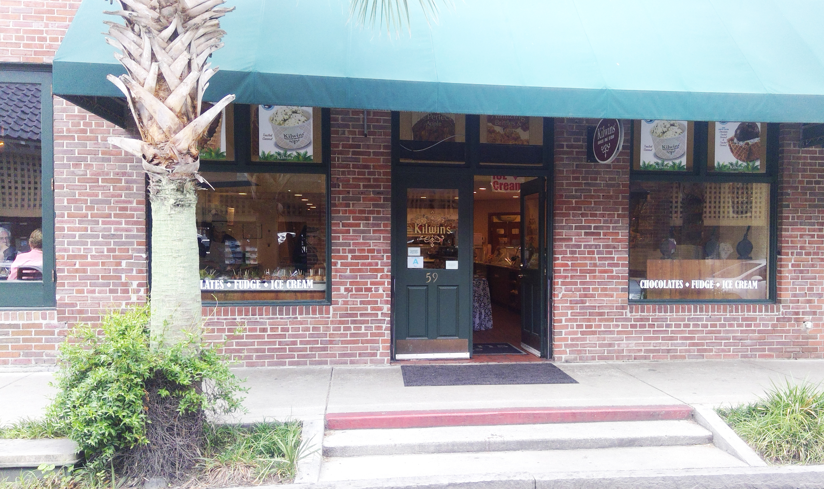 Picture of the Kilwins Charleston store front